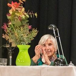 Bewegende Veranstaltung mit Esther Bejarano, eine der letzten Zeitzeuginnen vom KZ-Ausschwitz