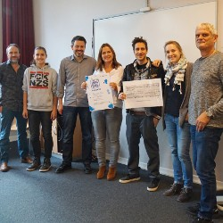 Gymnasium Altona spendet 8.400€-Scheck für VIVA CON AGUA
