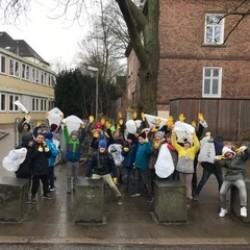 Eine Klasse - 29 Kinder - 10 Müllsäcke -1 Stunde!